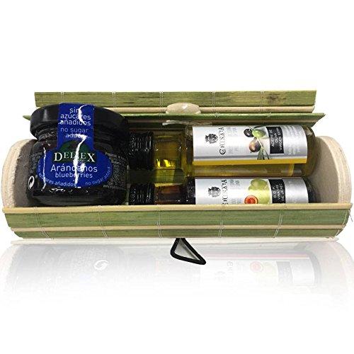 Baúl alargado de mimbre beige-verde con tarrito de mermelada de arándanos y miniaturas de Aceite de Oliva y Vinagre de Jerez (Pack 24 ud)