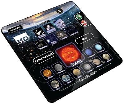 Descriptif produit: une tablette au design réaliste offrant de magnifiques illustrations pour découvrir le système solaire et beaucoup d'autres informations relatives à l'espace comme une constellation, les astronautes, les météorites, les navettes s...