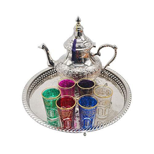Marokkanisches Teeset komplett. 1350 ml Teekanne mit Füßen Es ist aus deutschem Silber. Tablett aus versilbertem Messing, Durchmesser 37 cm, Gesamthöhe 4,5 cm, mit Füßen. Set mit 6 farbigen Gläsern.