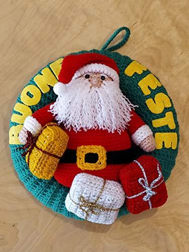 Ghirlanda fuoriporta natalizio con babbo Natale e regali amigurumi fatta a mano. corona. decorazione natalizia ad uncinetto. decorazione casa per Natale per porte e finestre. Idea regalo handmade