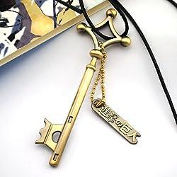 """Collana di Attacco dei Giganti con ciondolo chiave color ottone Dimensione della chiave: 70x24mm; placca di metallo con scritta """"Attacco dei Titani"""" Lunghezza collana: 45cm con chiusura a moschettone"""