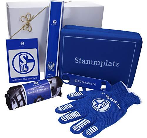 Schalke Fanartikel Geschenkpaket - Grill-Set fertig verpackt in Geschenkverpackung mit Sitzkissen, Grillschürze, Grillhandschuh, Papierstrohhalme, Flaschenöffner und Aufkleber