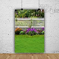 Qinunipoto 背景布 写真撮影用 背景 撮影 ビニール 緑豊かな庭園の風景 白いフェンスの背景 緑の芝生 紫の花 人物撮影 自宅 写真館 ビニール 新生幼児撮影用背景布 写真ツール 写真スタジオ 写真 背景幕 2.5x3m