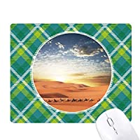 青い空の旅のラクダの砂漠のシルクロード 緑の格子のピクセルゴムのマウスパッド
