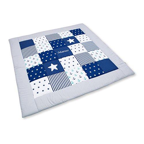 Amilian Krabbeldecke Patchworkdecke ideal als Spieldecke Laufgittereinlage Decke Kuscheldecke schön gepolstert mit Namen und Datum bestickt, ideal als Geschenk (M060) (125x125cm)