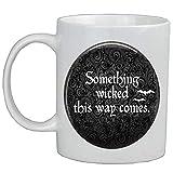 Taza de café con cita 'Something Wicked This Way Comes', con cita de Halloween, AS104