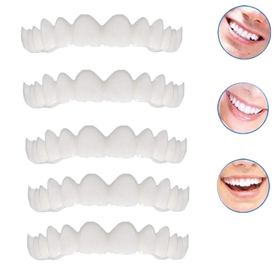 マークされた窒息させる最終的に2本の偽のベニヤ修正歯のトップホワイトニング化粧品義歯修正のための悪い歯のための新しいプロの笑顔のベニヤ