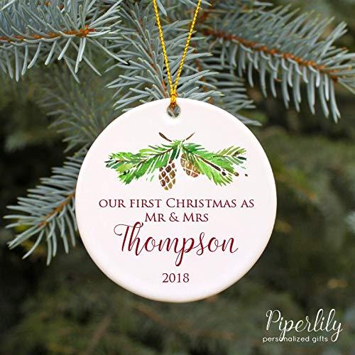 Lplpol - Ornamento decorativo in ceramica, 7,6 cm, motivo 'Our First Christmas As Mr and Mrs'