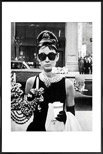 "JUNIQE® Filme Audrey Hepburn Poster im Kunststoffrahmen 20x30cm - Design ""Audrey Hepburn in Breakfast at Tiffany's, 1961"" entworfen von Vintage Photography Archive"