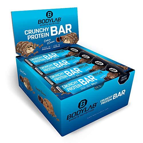 Bodylab24 Crunchy Protein Bar 12x64g | Knuspriger Protein-Riegel mit 20g Eiweiß pro Riegel | High Protein Low Sugar | Eiweißriegel mit wenig Zucker | Cookies & Cream