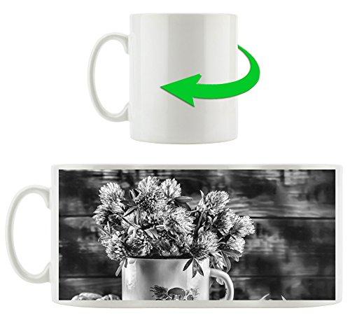 Monocrome, Kleeblüten in Blechtopf, Motivtasse aus weißem Keramik 300ml, Tolle Geschenkidee zu jedem Anlass. Ihr neuer Lieblingsbecher für Kaffe, Tee und Heißgetränke