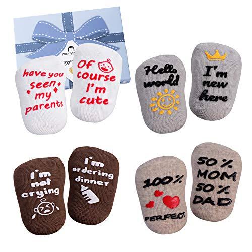Baby Socken Geschenkset - Neugeborene Baby Geschenke für Jungen & Mädchen - Nette lustige Zitate für Neugeborene Mädchen Jungen, Neutrales Baby Shower Geschenk, 4 Paare 0-10 Monate