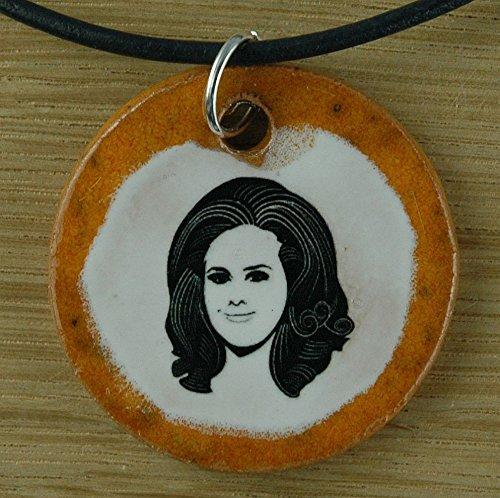 Echtes Kunsthandwerk: Schöner Keramik Anhänger mit Adele; Sängerin, Laurie Blue Adkins, britisch, Pop, Soul, Jazz, R&B-Sängerin