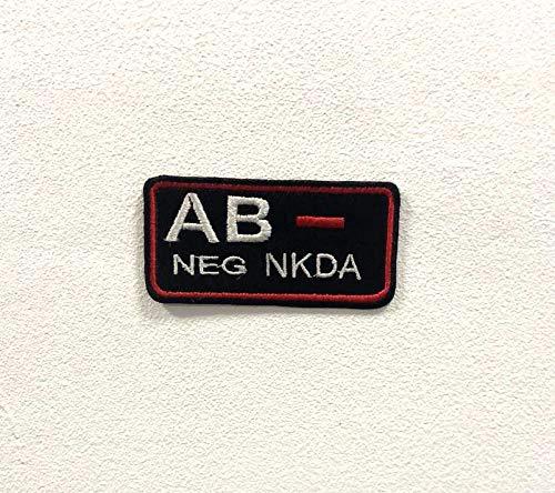 Parche bordado para planchar o coser con la marca AB negativa.