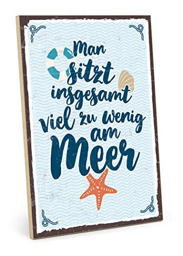 TypeStoff Holzschild mit Spruch – Am Meer sitzen – im Vintage-Look mit Zitat als Geschenk und Dekoration zum Thema Urlaub, Pause und Strand (19,5 x 28,2 cm)