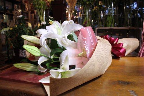 大輪の白いカサブランカ花束 5本 25輪あります カラー:ホワイト フラワーギフト 生花 誕生日 還暦 退職 結婚 プレゼント 贈り物 お見舞い