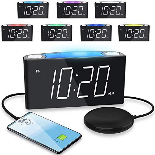Sveglia ad alta intensità con vibrazione per dormiente pesante/sordi/non uditi, ampio display a LED con dimmer, luce notturna a 7 colori, 2 porte di ricarica USB, orologio plug-in e batteria di backup