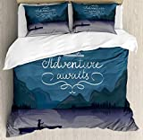 Adventure Awaits Duvet Cover Set, Kayak en un lago de montaña en la noche Actividad de campamento Palabras de estilo de vida, Juego de cama decorativo de 3 piezas con 2 fundas de almohada, gris púrpur
