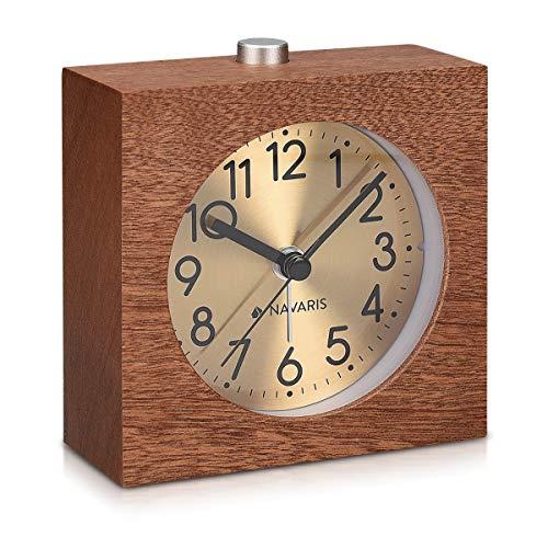 Navaris Analog Holz Wecker mit Snooze - Retro Uhr Viereck mit Ziffernblatt in Gold Alarm Licht - Leise Tischuhr ohne Ticken - Naturholz in Dunkelbraun