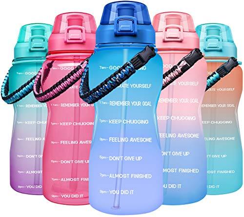 Giotto - Botella de agua con marcador de tiempo y paja, reutilizable, sin BPA, a prueba de fugas, para fitness, deportes, con mango de paracord, 64oz, A6-Azul/Púrpura Gradiente