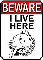 私はここに住んでいることに注意してください壁錫サイン金属ポスターレトロプラーク警告サインヴィンテージ鉄の絵画の装飾オフィスの寝室のリビングルームクラブのための面白いハンギングクラフト