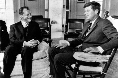 Poster 91 x 61 cm: Bundeskanzler Willy Brandt und Präsident John F. Kennedy von Everett Collection - hochwertiger Kunstdruck, neues Kunstposter