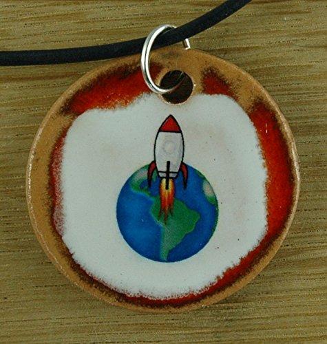 Echtes Kunsthandwerk: Toller Keramik Anhänger mit einer Rakete; Raumfahrt, Mond, All, Erde, Universum, Geschenk, Kinder, Mitbringsel