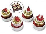 Candela tea light a cupcake con frutti di bosco in confezione da 4 pz. Ass. in 4 modelli. MISURE: Ø 4 cm x 5 H Scatola: 9,5 x 9,5 x 5 H Il prezzo è per 4 scatole per un totale di 16 candele