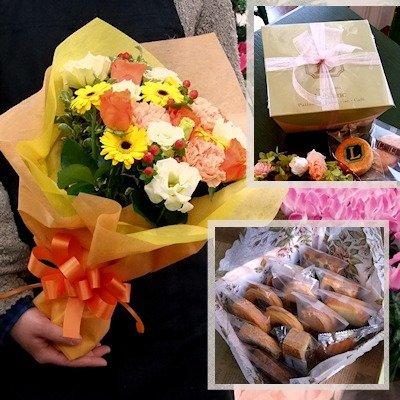 誕生日 プレゼント 花束スイーツセット 焼き菓子12個ボックスとビタミンカラー系花束のセット(敬老の日 誕生日 結婚記念日 プレゼント 両親 洋菓子 ギフト セット 花とスイーツ フラワーギフト)