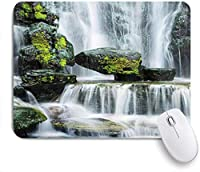 KAPANOUマウスパッド 苔に覆われた巨大な岩で塞がれた雄大な滝 ゲーミング オフィス最適 高級感 おしゃれ 防水 耐久性が良い 滑り止めゴム底 ゲーミングなど適用 マウス 用ノートブックコンピュータマウスマット