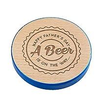 """""""Happy Pather's Day, A Beer Is On The Way"""" Dessous de verre en bois gravé avec bord peint bleu Cadeau idéal pour papa de fille ou fils. Idée cadeau unique pour la fête des pères. Conçu et gravé par Dust and Things, Pays de Galles, Royaume-Uni."""