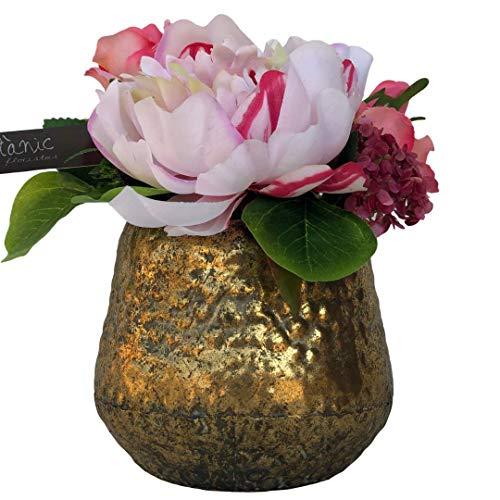 BOTANIC DESSIGN Künstlicher Blumenstrauß mit Vase inklusive Pfingstrose in rosa mit Kerzen in kräftiger Rose, Aschenblumen in kräftiger Rose, Rosen in Korallenfarbe und Eukalyptusblätter.