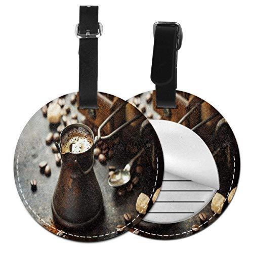 Top-T Alte Antike Kaffeekanne und Mühle auf dunklem rustikalem Hintergrund, Getränkeherstellung, Bild, Ledergepäckanhänger