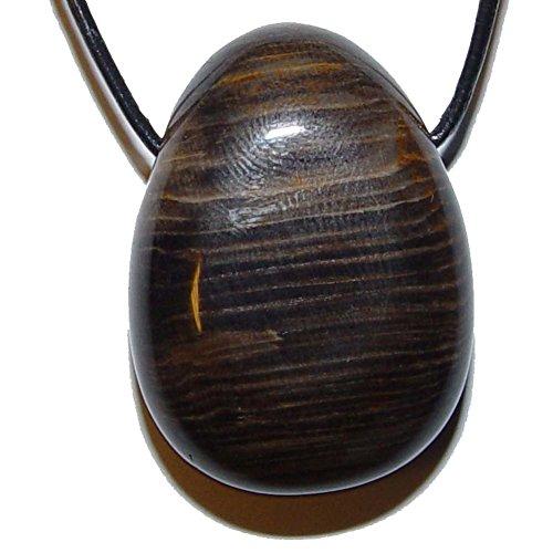 Holz versteinert mit Bohrung als Anhänger flacher Trommelstein ca. 25 x 30 x 10 mm.(3386)