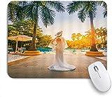 Alfombrilla de ratón para juegos Base de goma antideslizante Chica Romántica de vacaciones Elegante Mujer Falda de gasa blanca Sombrero Postura lateral Palm Resort Luces solares para computadora portá