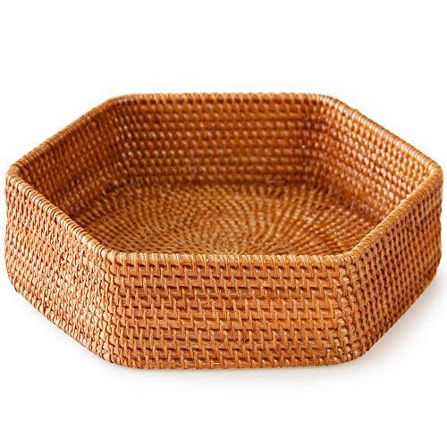 六角形装饰藤条柳条编织的托盘篮子,咖啡桌和无背长椅装饰或者生活和卫生间。用于展示小物品或保持钥匙在书籍附近和家中的有机感觉
