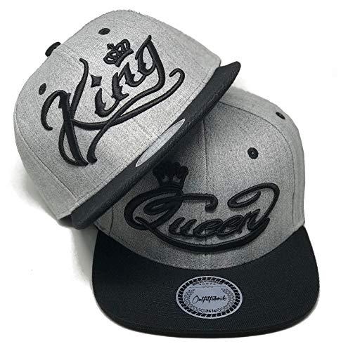 Outfitfabrik 2 Snapbacks Caps Stickerei King & Queen in grau mit schwarzem Schirm und 3D Stick in schwarz (zb. Valentinstag, Jahrestag, Verlobung, Hochzeit), Set