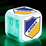 El reloj despertador digital principal del reloj despertador de juguete revela la digitalización del reloj rojo del equipo.