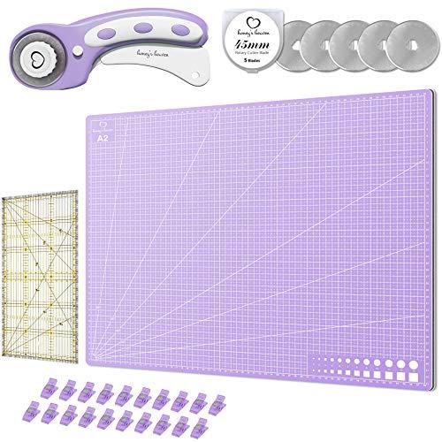Honey's Heaven 45 mm Rollschneider Stoffschneider Set inkl. Schneideunterlage, Ersatzklingen, Stoffklammern, Patchwork-Lineal (Lavendel, Schneidematte im A2-Format)
