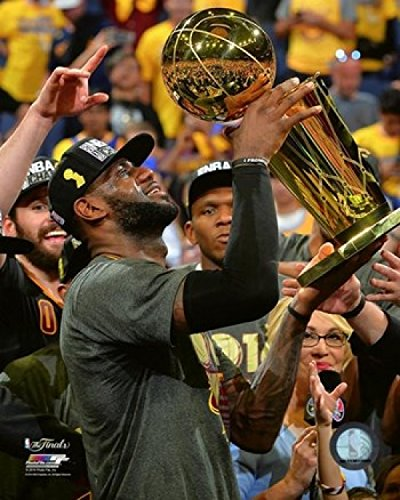 Lebron James with The NBA Championship Trophy Game 7 of The 2016 NBA Finals Photo Print (20,32 x 25,40 cm)
