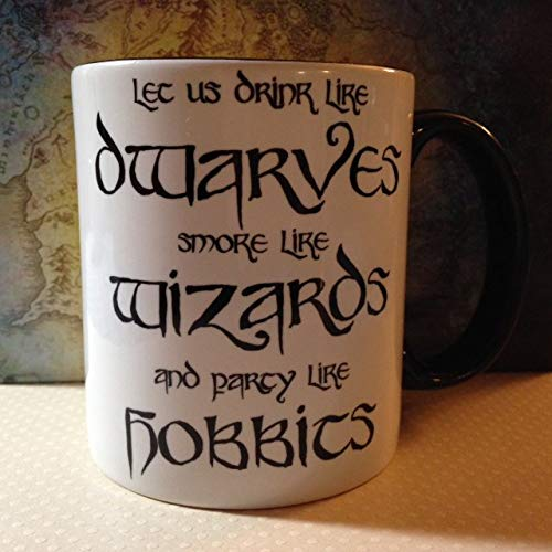 """Taza de café con texto en inglés """"Party Like Hobbits"""""""