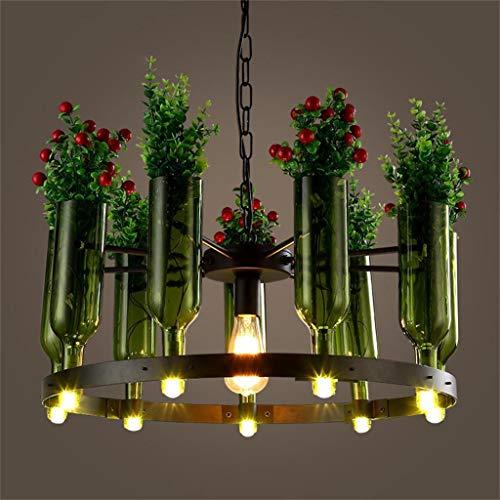 Romantische verlichting, creatieve persoonlijkheid, decoratieve planten in pot, spin, glazen flessen.