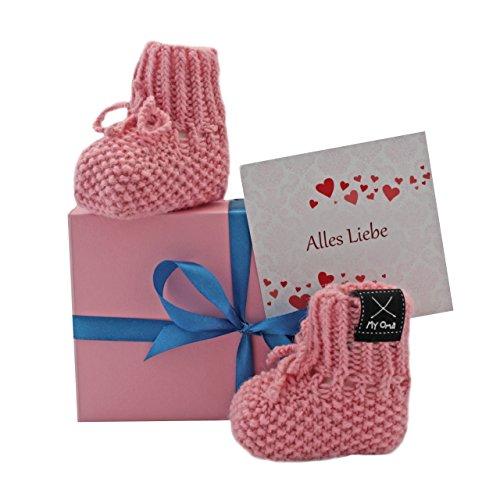 MyOma Geschenk Baby - Baby Geschenkset Babyschuhe rosa + GRATIS Karte + Geschenkbox rosa - Babyschuhe gestrickt – Geschenk Geburt – Baby Geschenk Geburt - Geschenk zur Geburt - Geschenke für Babys