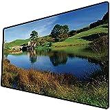 Tappetino per mouse da gioco [600x300 x 3 mm],Hobbit, Hobbit Land Village by Lake with Stone Bridge Farmhouse Cottage Nuova Zelanda, verde blu, Base antiscivolo 45x45cm