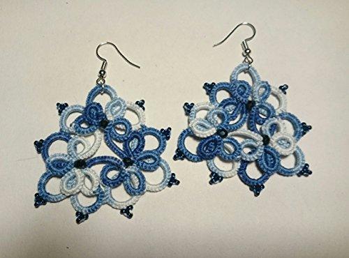 Orecchini bianchi/blu con perle blu. Fatti a mano con la tecnica ankars