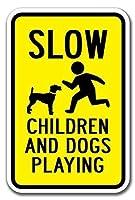 サインをする遅い子供と犬