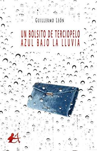 Un bolsito de terciopelo azul bajo la lluvia
