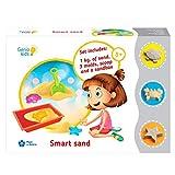GenioKids Smart Sand kinetischer Sand fur Mädchen Jungen Toddler Kindergarten 1 kg naturfarbener Sand, 3 Bunte Formen, Schaufel und Sandkasten.