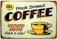 ここで提供される新鮮な醸造コーヒーはカップを持っています メタルポスター壁画ショップ看板ショップ看板表示板金属板ブリキ看板情報防水装飾レストラン日本食料品店カフェ旅行用品誕生日新年クリスマスパーティーギフト