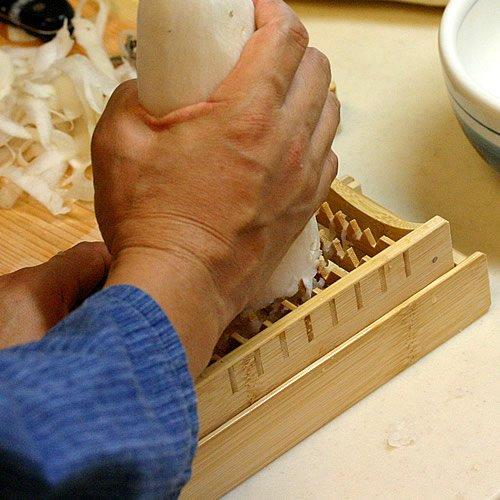 【国産・日本製】防虫・防カビに安心な炭化加工でリニューアル!大根おろし器・鬼おろしをしっかり固定できる専用竹皿付き、食物繊維、ビタミンCたっぷり生大根ダイエットにも!大根おろしがふんわりシャキシャキ♪竹製大根おろし器、鬼おろし(おにおろし)と鬼おろし竹皿のセット